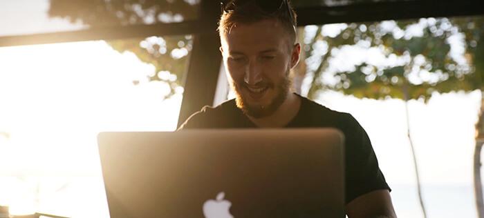 Férfi laptoppal
